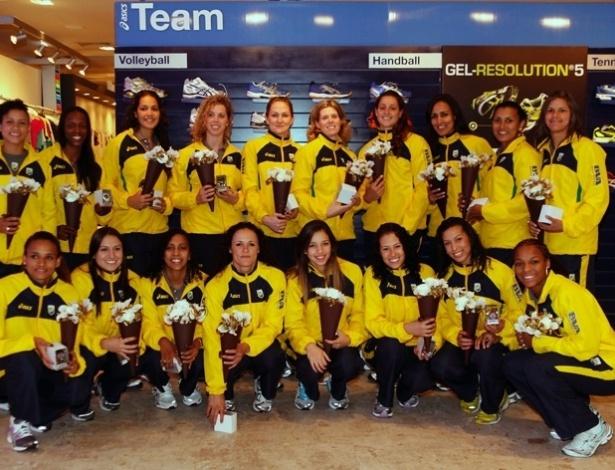 Jogadores da seleção brasileira de handebol posam com o novo uniforme da seleção brasileira