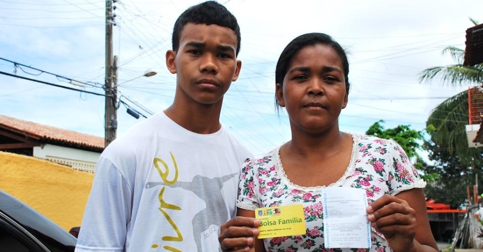 Marta Maria Barbosa da Silva mostra o comprovante do benefício do Bolsa Família. O saldo foi bloqueado por conta da frequência escolar dos filhos, prejudicada pelo atraso do início das aulas