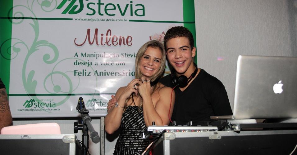 Ronald faz o som da festa de aniversário da mãe, Milene Domingues (19/6/12)