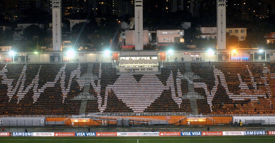 Mosaico preparado pela torcida do Corinthians pronto antes da partida contra o Santos, no Pacaembu