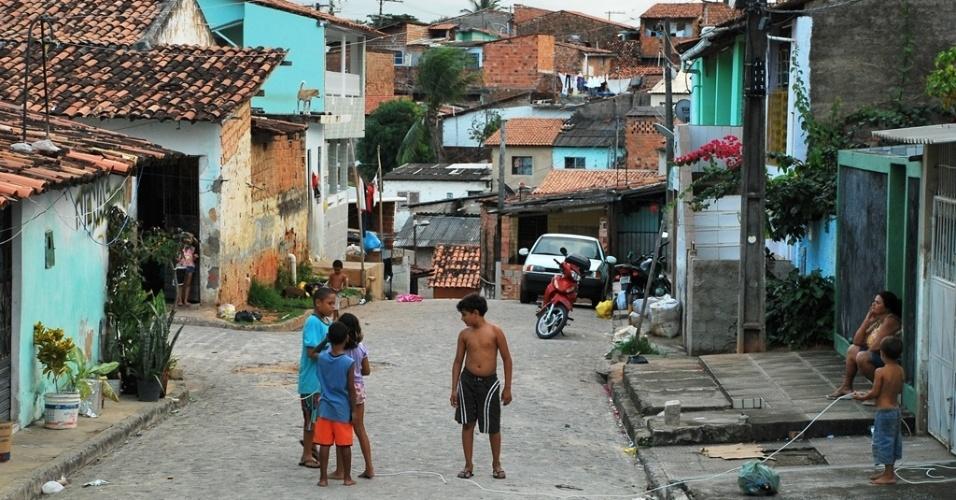Sem aulas, crianças brincam nas ruas próximas à escola Jaci Costa, no bairro de Jacintinho, em Alagoas