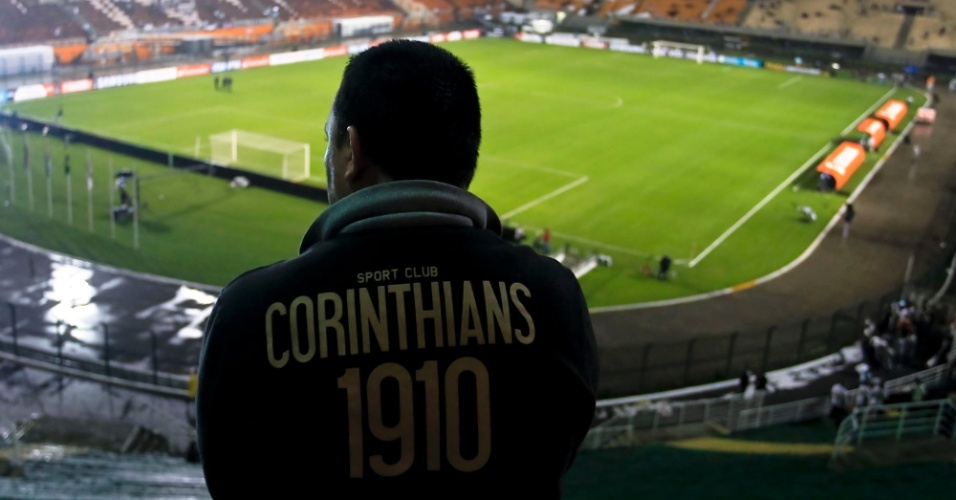 Torcedor aguarda o in&#237;cio da partida entre Corinthians e Santos, no Pacaembu, pela Libertadores