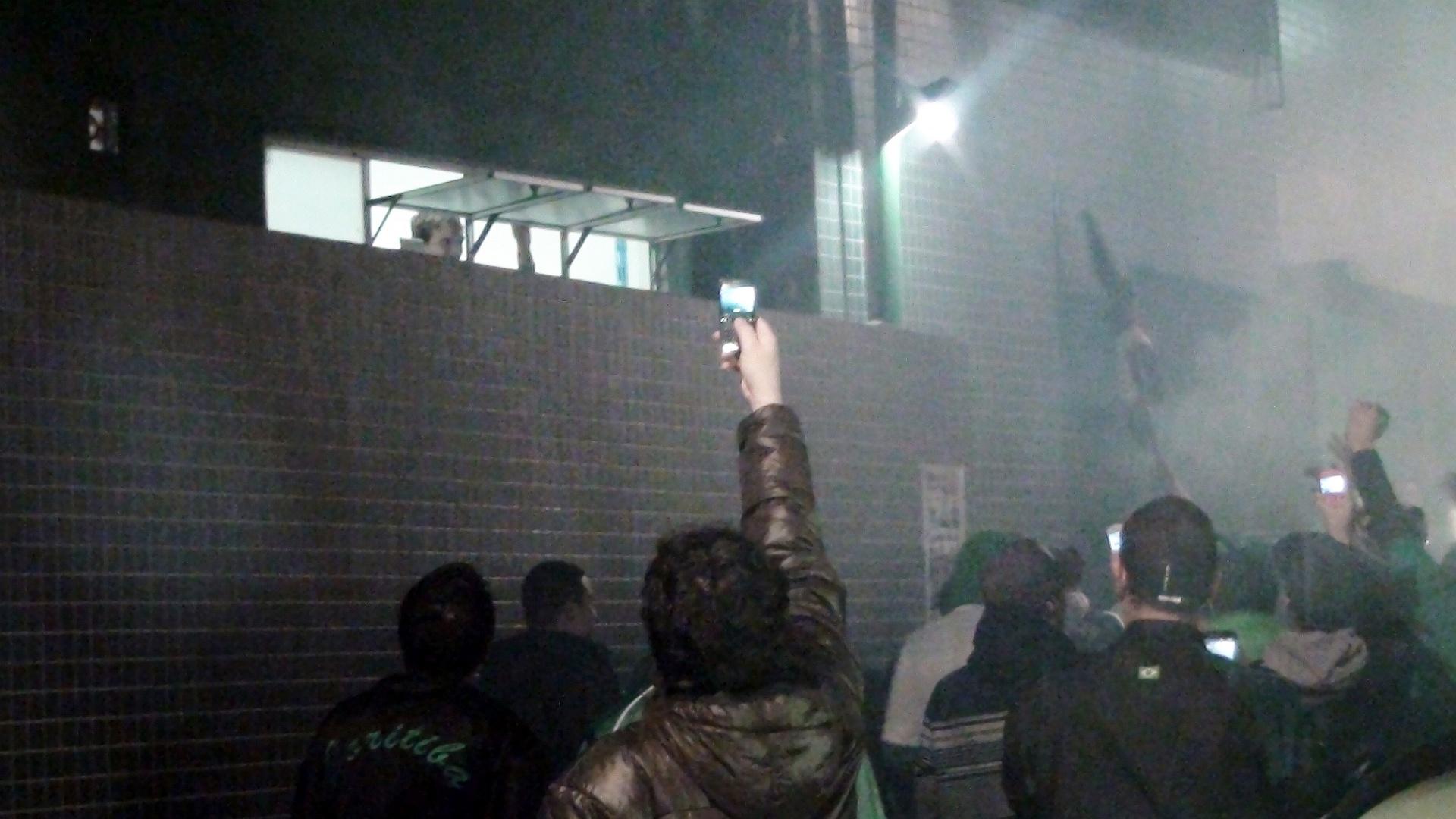 Torcedores do Coritiba assediam um dos jogadores da equipe no estádio Couto Pereira