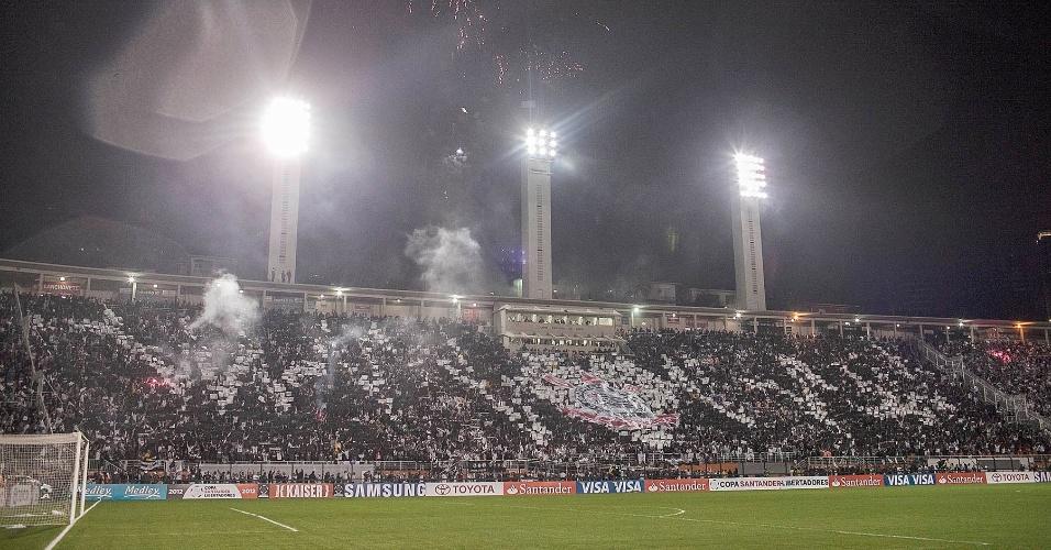 Torcida do Corinthians exibe mosaico feito com mil peças de tecido TNT para o jogo contra o Santos