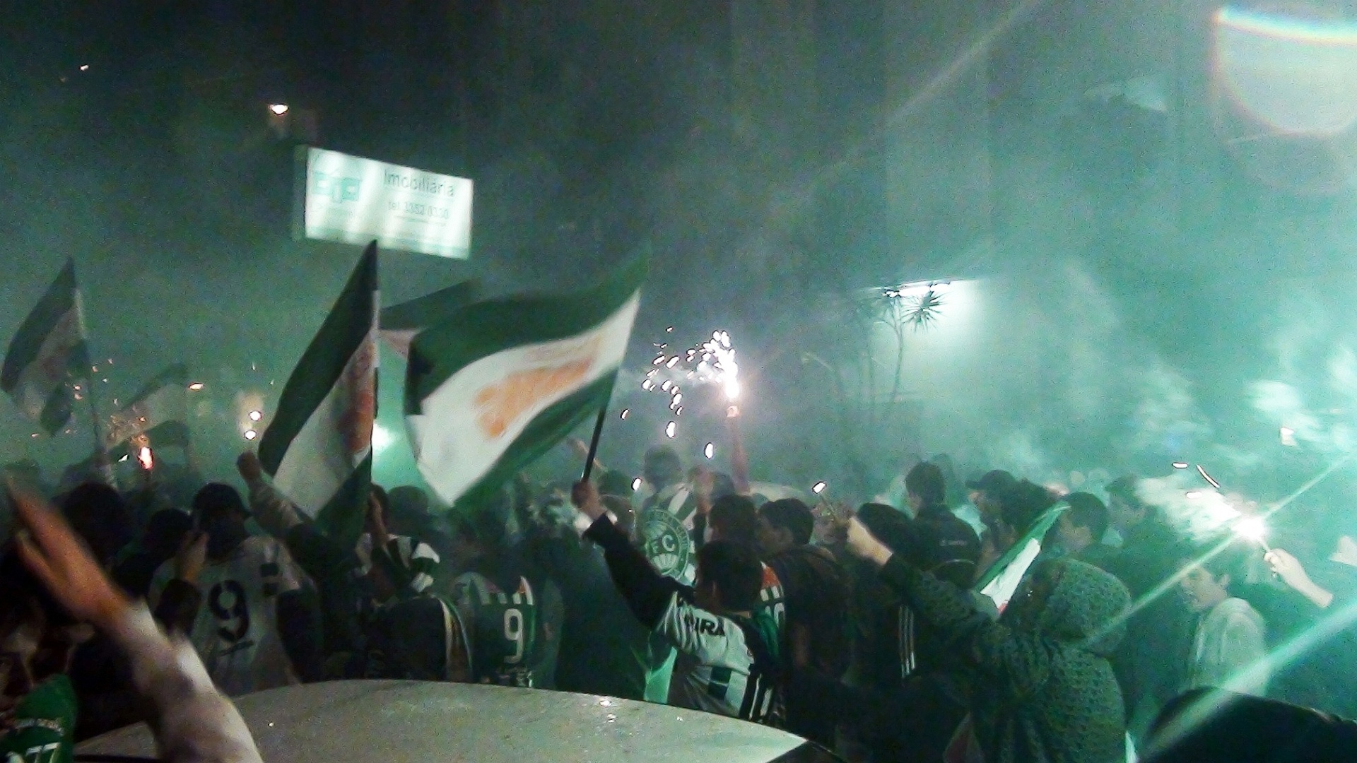 Torcida do Coritiba faz festa em uma das ruas nos arredores do estádio Couto Pereira