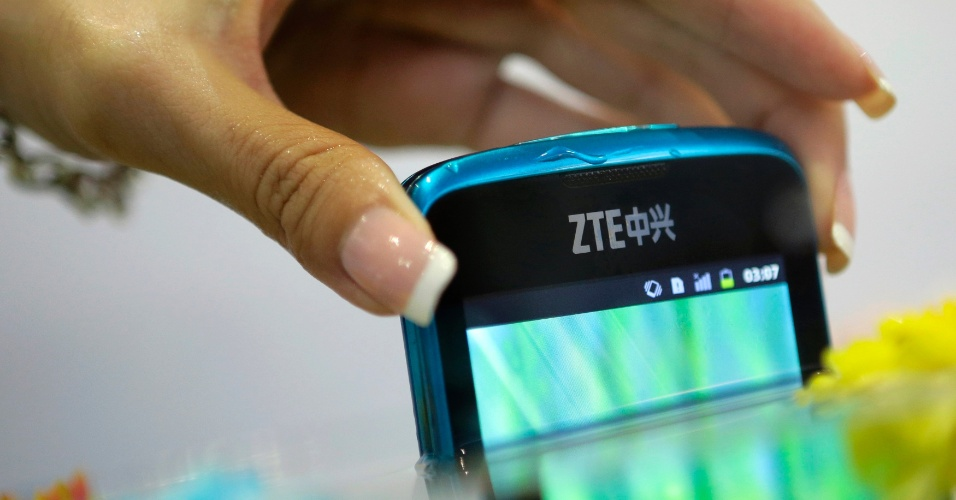 21.jun.2012 - Smartphone ZTE V882 é retirado de um aquário durante a CommunicAsia, feira de eletrônicos em Cingapura. O aparelho é à prova d'água, poeira e choques, além de vir com Android 2.3, tela de 3,8 polegadas LCD e câmera de 5 megapixels