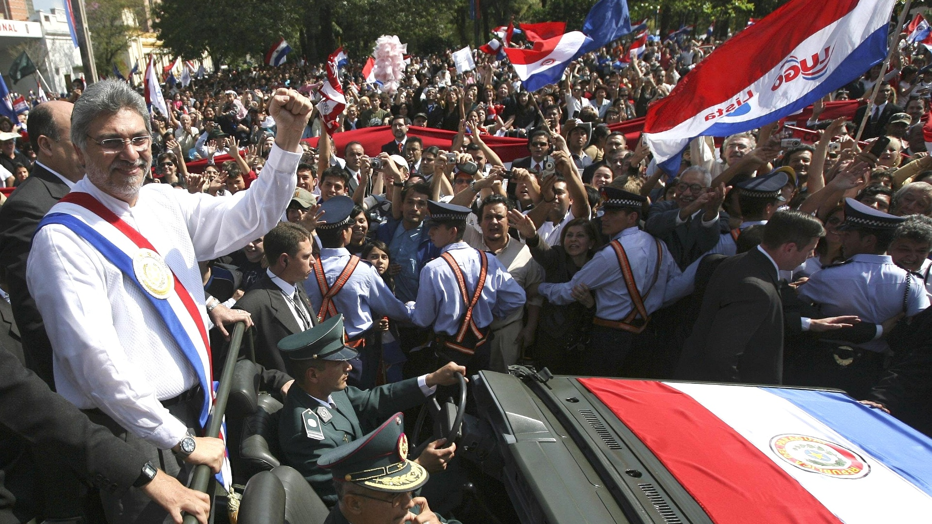 5.mai.2008 - O presidente paraguaio Fernando Lugo acena para a multido que acompanha a cerimnia de posse, em Assuno (Paraguai)
