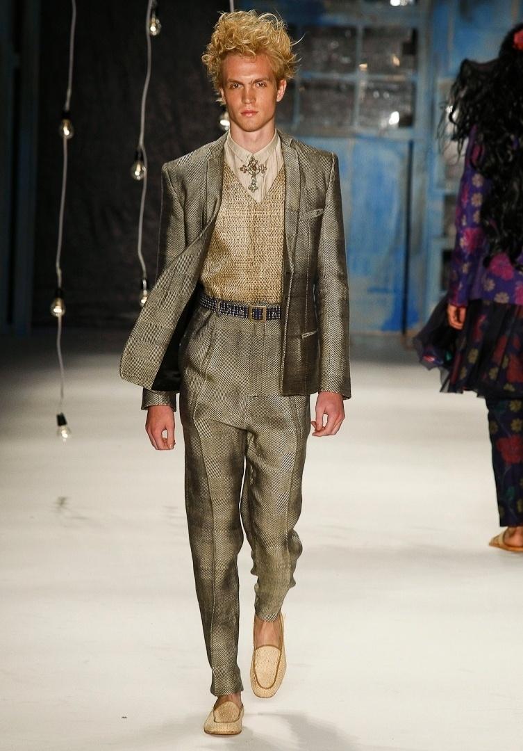 A cada coleção, o estilista João Pimenta gosta de propor novas modelagens e imagens de moda para os homens. Apesar de os looks de passarela não serem diretamente transferidos para as ruas, os ternos com tricô parecem pesadas de mais para o verão do Brasil