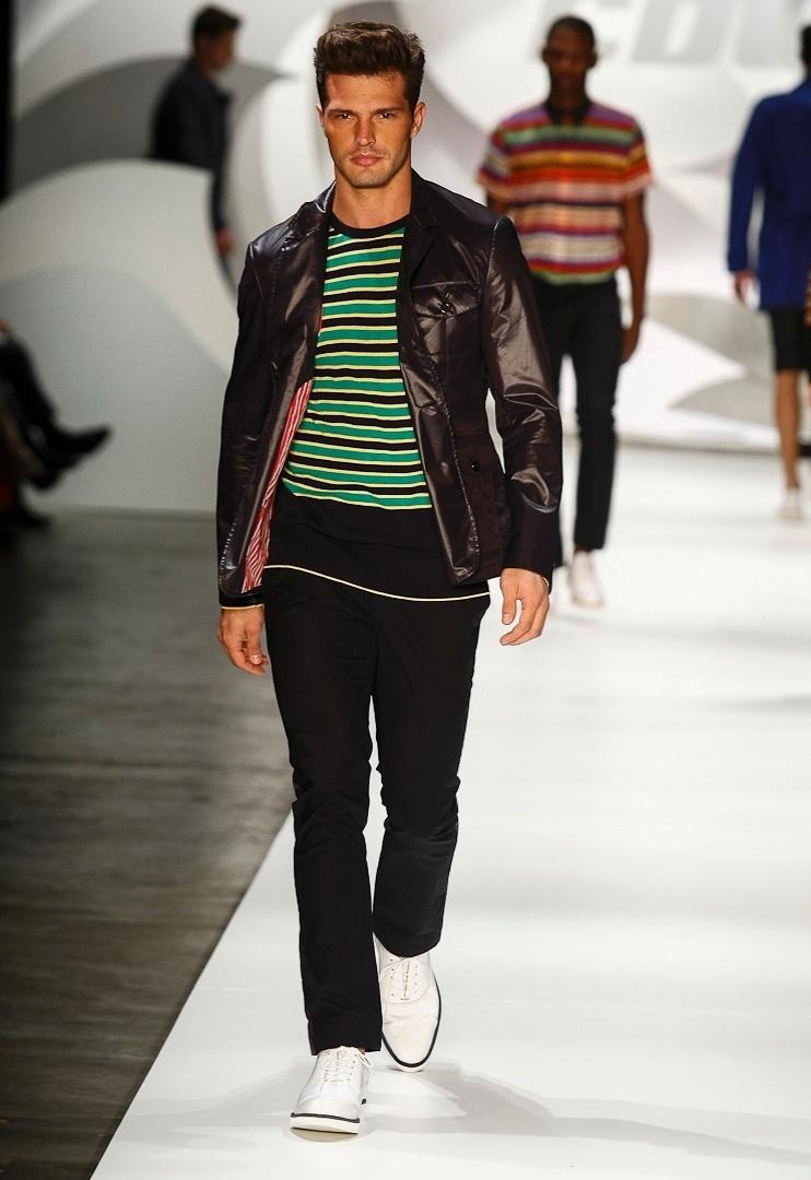 A Colcci propôs uma coleção com looks mais comerciais, porém com referências de inverno, como a jaqueta de couro