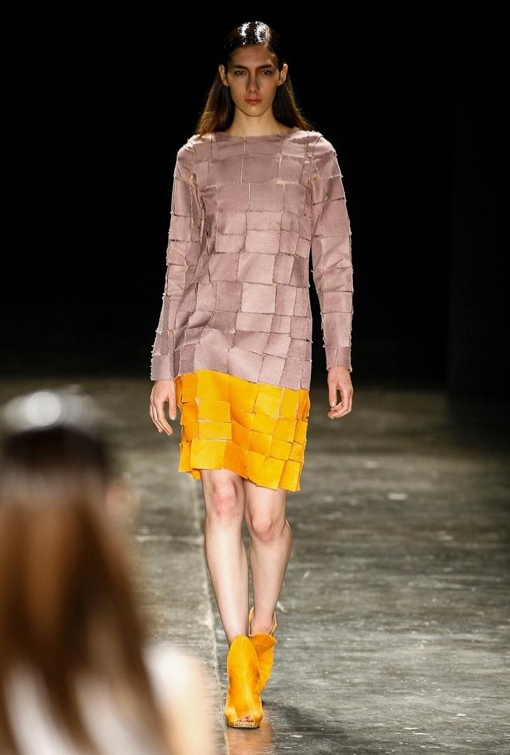 A estilista Fernanda Yamamoto gosta de propor novas texturas e tecidos em suas coleções. A maquete têxtil de quadrados de tecido com áreas vazadas pode até refrescar o look de mangas compridas