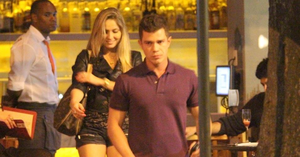 A ex-BBB Renata jantou na companhia de um moreno em um restaurante do Leblon, zona sul do Rio, na madrugada desta quinta (21/6/12)
