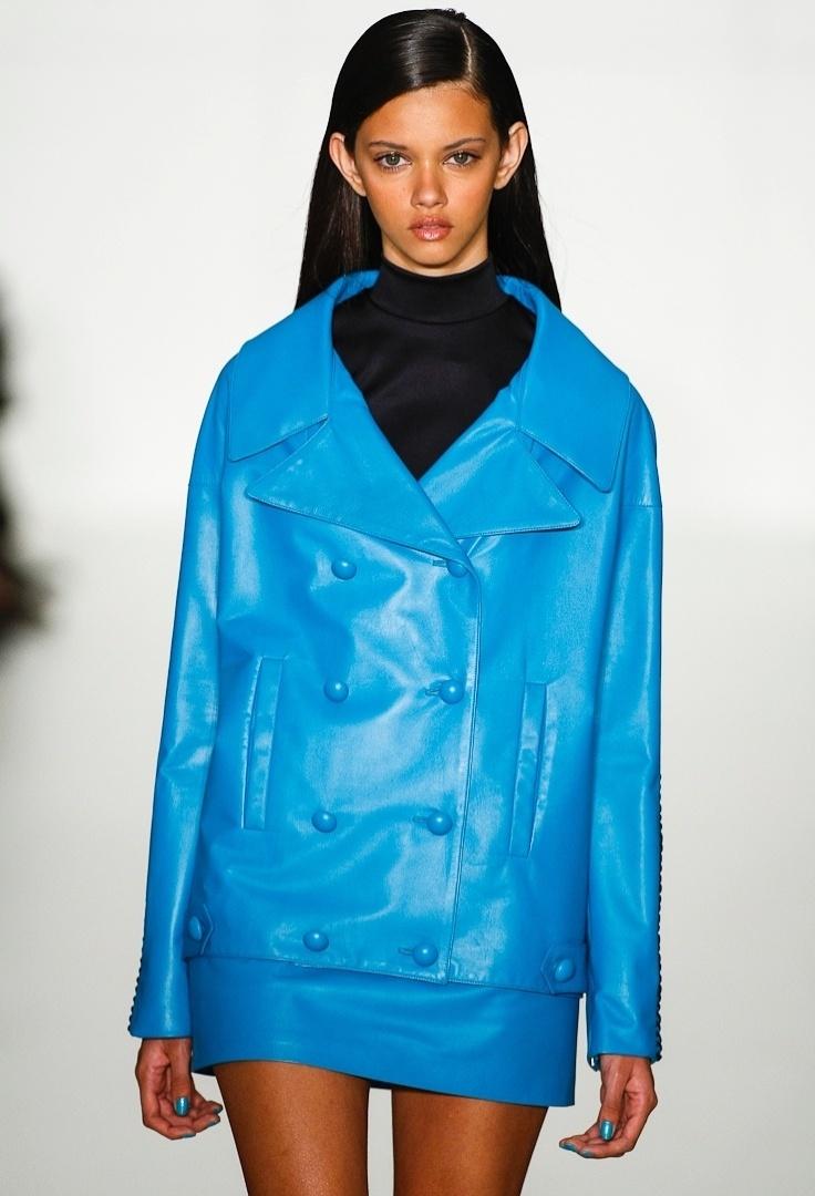 A gola rolê e o casaco de couro apareceram no desfile de Verão 2013 de Reinaldo Lourenço