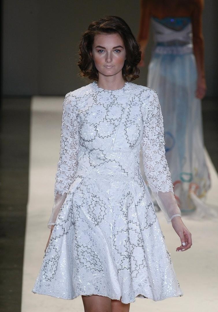 A marca de moda festa R. Rosner apresentou um vestido todo fechado com mangas longas para o Verão 2013