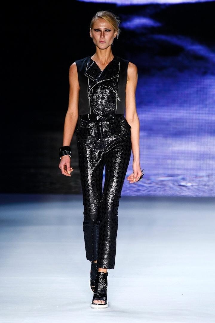 A modelo Alicia Kuczman apresentou um look com calça de couro, colete e sapatos pesados no desfile de Verão 2013 da Ellus