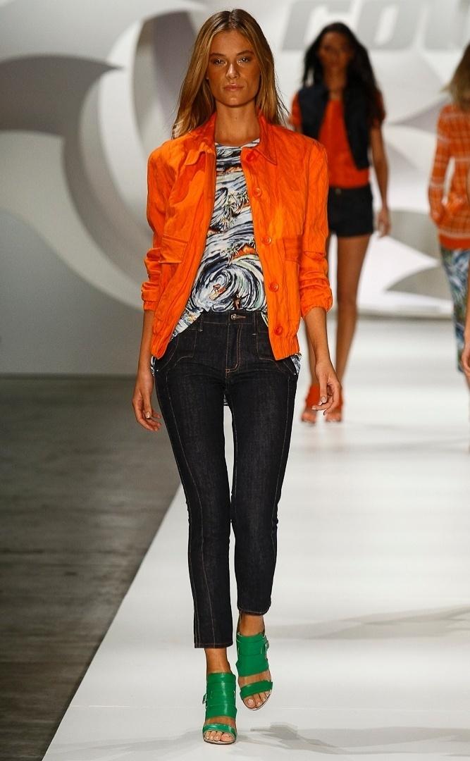 Apesar das cores de verão, o trio jeans, camiseta e jaqueta da Colcci é mais visto em dias frios nas ruas