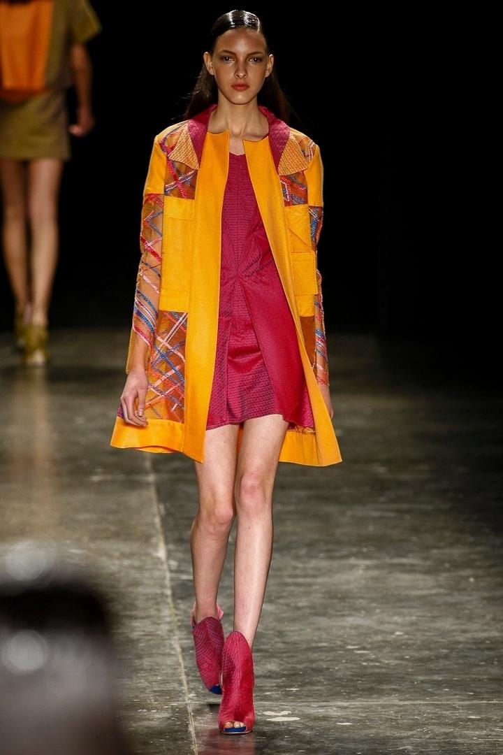 Apesar dos recortes de tule bordado do look de Fernanda Yamamoto, é difícil ver alguém usando um casaco comprido e sapatos fechados no verão brasileiro
