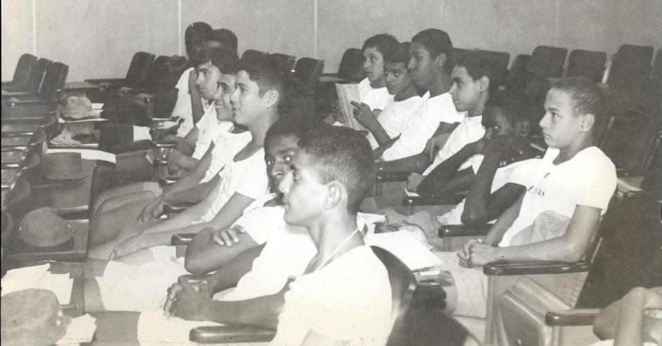 """Aplicação do 3º capítulo da novela """"João da Silva"""" (1974) a marinheiros do CIAW, no Rio de Janeiro (RJ)"""