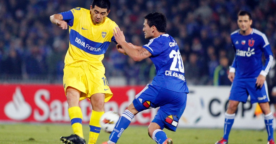 Aranguiz (d), da Universidad de Chile, tenta desarmar Riquelme, do Boca Juniors