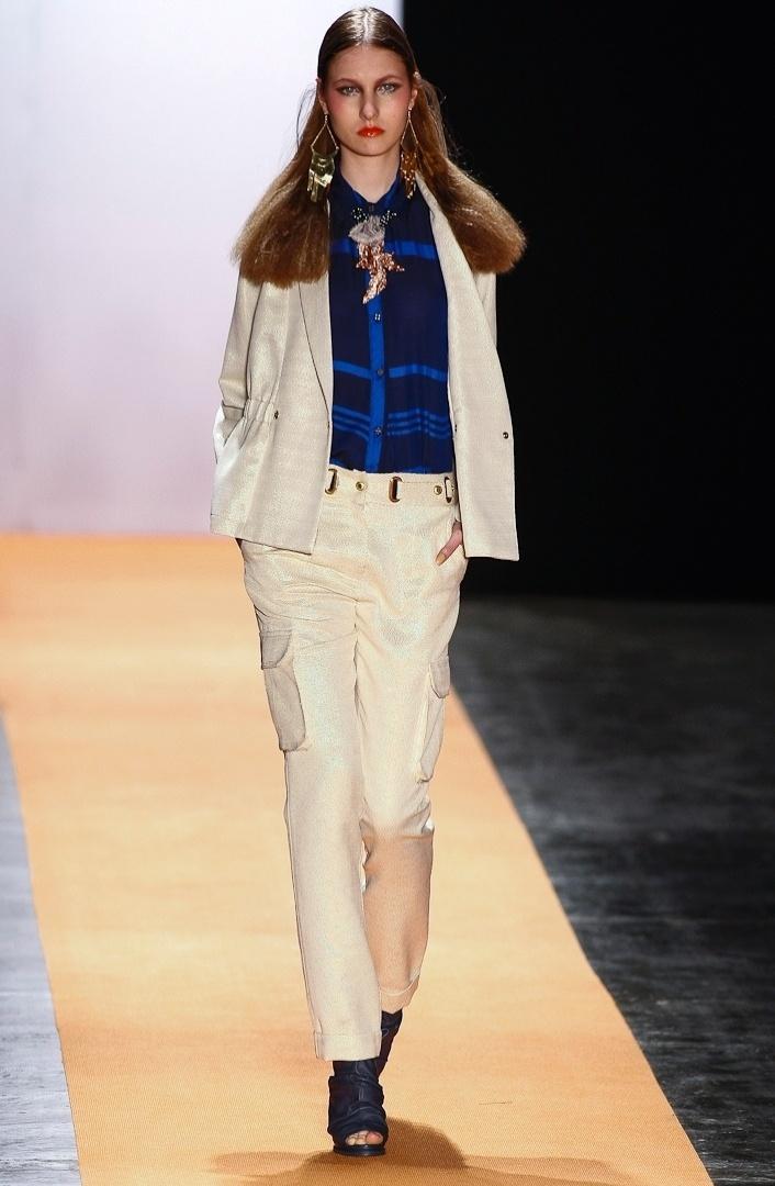 As camisas usadas com maxicolar viraram hit há algumas temporadas e a combinação apareceu em um look de inverno no desfile de Verão 2013 da Juliana Jabour