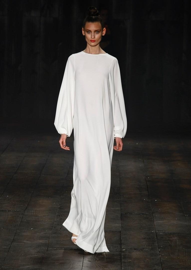 Até mesmo na coleção de moda praia de Adriana Degreas, o look de inverno apareceu. Pelo menos, o vestido longo, de mangas compridas e todo fechado funciona bem para quem quer se proteger do sol