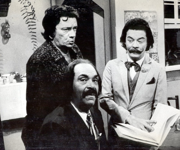 """Cena da novela """"João da Silva"""" (1974). Os atores são Jacy Campos (à esquerda), Ribeiro Fortes (ao centro) e Joel Lemos (à direita)."""