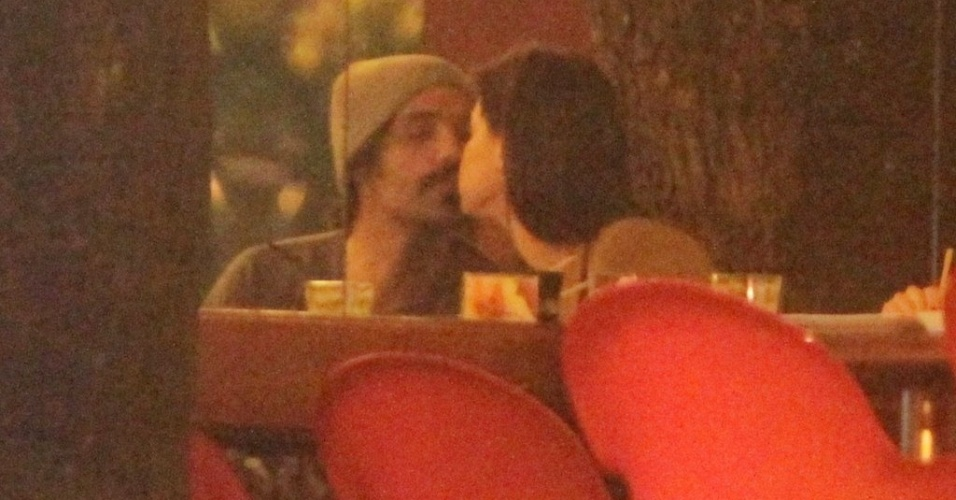 Alinne Moraes e o cineasta Mauro Lima são vistos aos beijos durante jantar em restaurante da Zona Oeste do Rio de Janeiro. O último relacionamento da atriz foi com o empresário Felipe Simão, com quem namorou mais de um ano. Os dois foram vistos juntos pela última vez em maio (20/6/12)