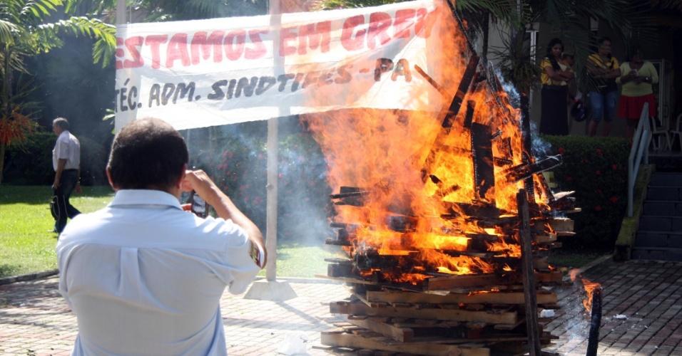 Em greve, professores da UFPA (Universidade Federal do Pará), em Belém, fecharam os portões da universidade no início da manhã desta quinta-feira (21). Com isso, só pedestres podem entrar na instituição - carros e motos são impedidos. Os docentes também fizeram uma fogueira como forma de protesto