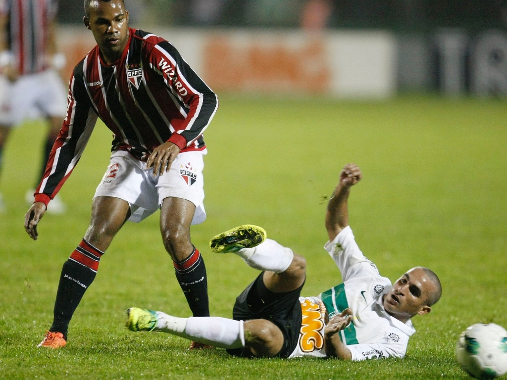 Fernandinho entrou no segundo tempo, mas não evitou a eliminação do São Paulo para o Coritiba