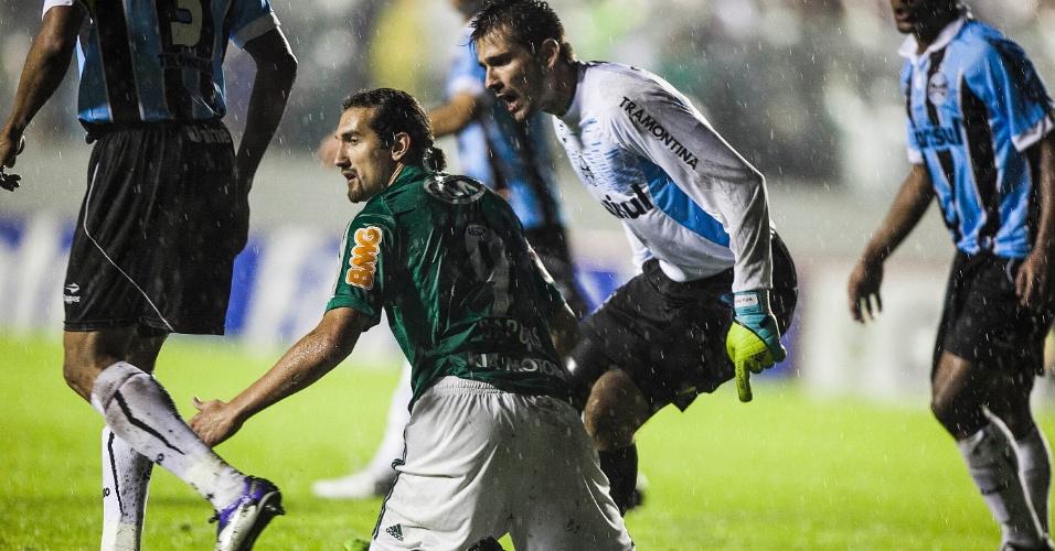 Goleiro Victor reclama com atacante Barcos, que caiu dentro da área do Grêmio