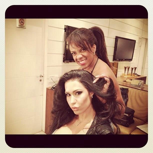 """Gracyanne Barbosa mostra foto sendo penteada no camarim do programa """"Manhã Maior"""" (21/6/2012)"""