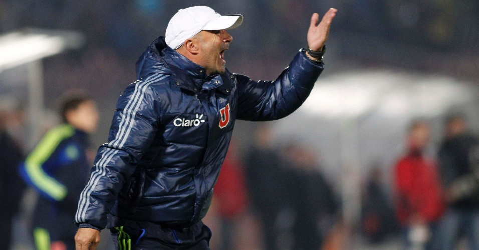 Jorge Sampaoli, t&#233;cnico da Universidad de Chile, orienta os jogadores de sua equipe durante o jogo contra o Boca Juniors