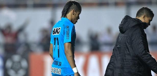 Neymar deixa o campo cabisbaixo após eliminação do Santos na Libertadores