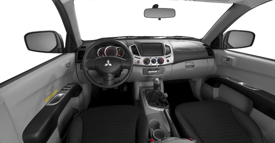 interior da L200 Triton GLS é bem mais simples em relação ao da