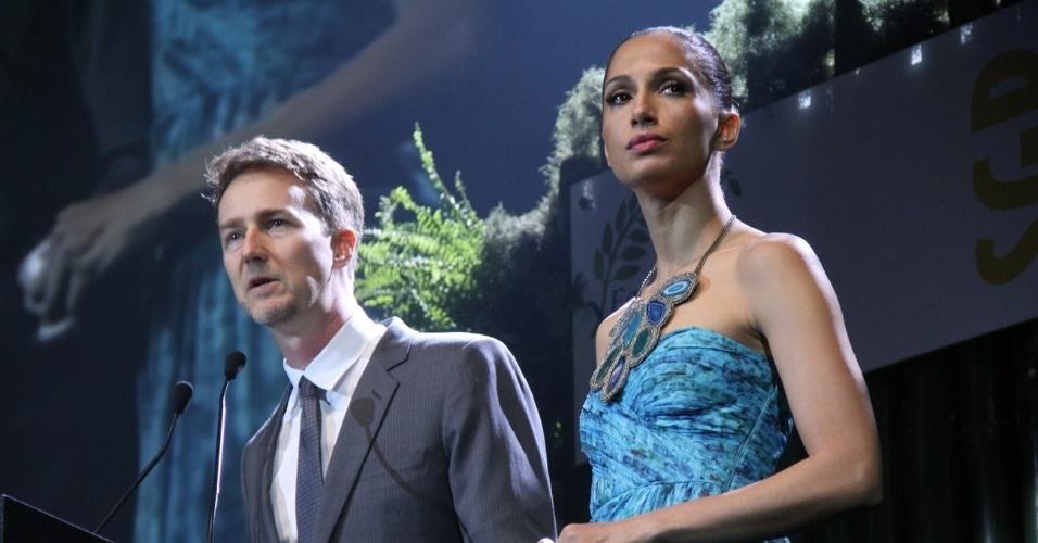 Os atores Camila Pitanga e Edward Norton entregam prêmio de sustentabilidade no Rio de Janeiro (21/6/12)