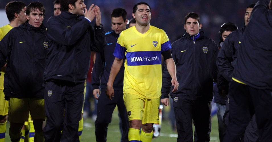 Riquelme deixa o campo ao lado dos companheiros do Boca Juniors ap&#243;s o empate sem gols com a Universidad de Chile