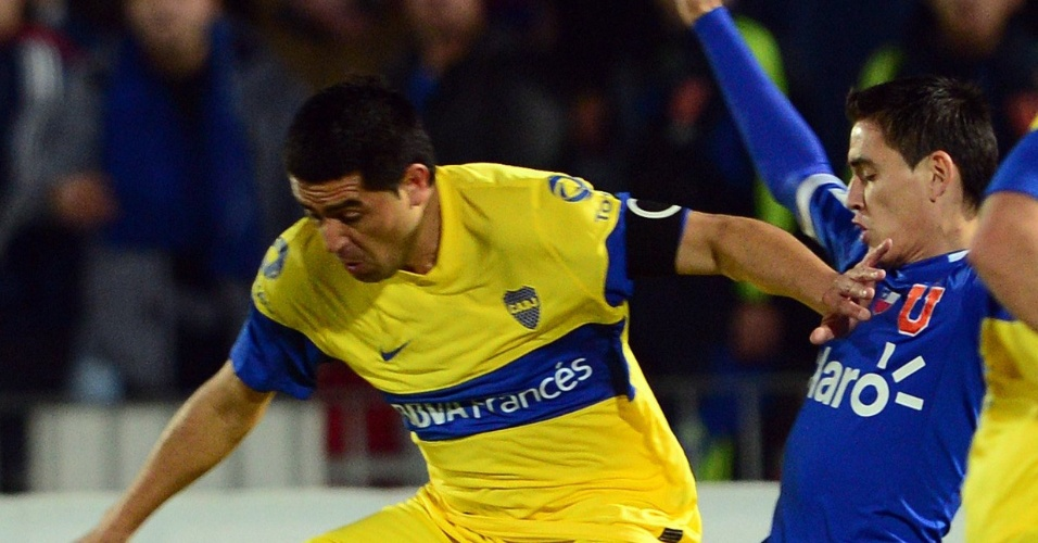 Riquelme (e), do Boca Juniors, tenta deixar Matias Rodr&#237;guez, da Universidad de Chile, para tr&#225;s
