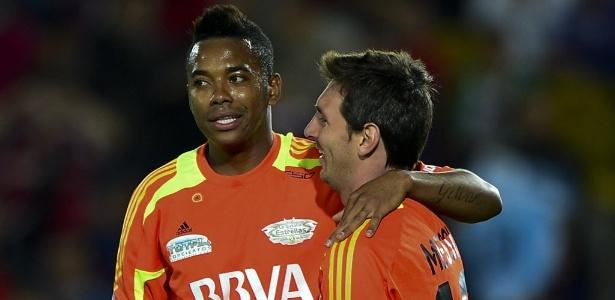 Robinho abraça Messi em amistoso festivo realizado na temporada passada