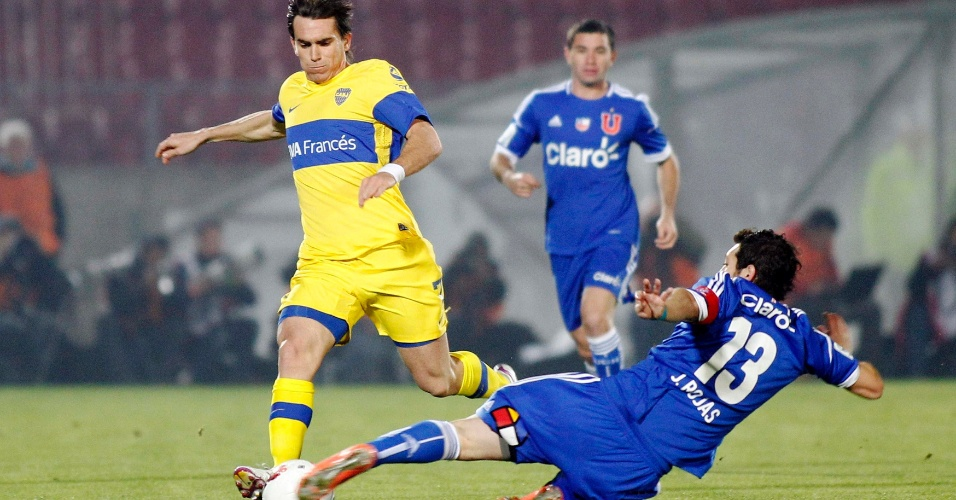 Rojas (nº 13), da Universidad de Chile, tenta desarmar Mouche, do Boca Juniors