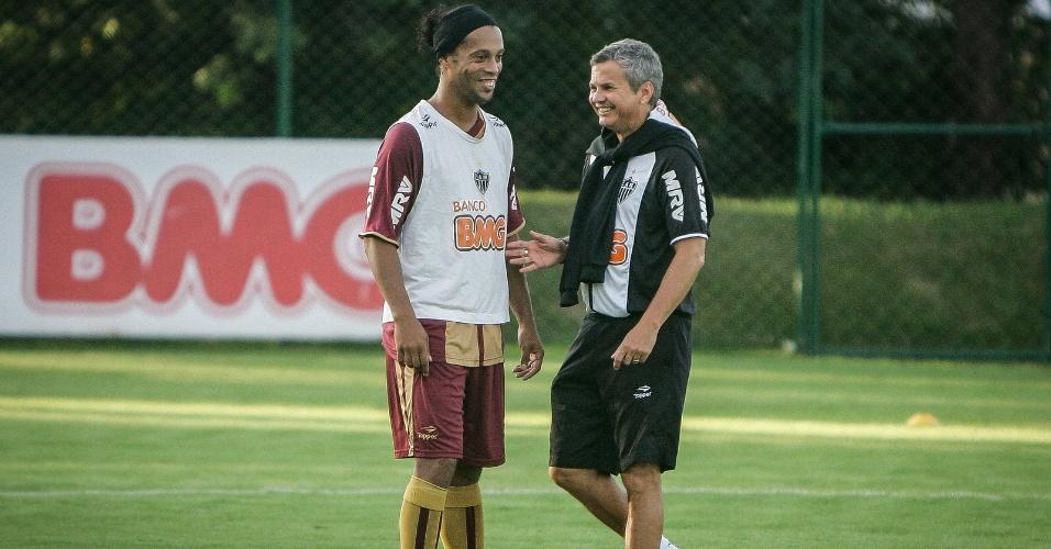 Ronaldinho e o preparador físico Carlinhos Neves na Cidade do Galo (21/6/2012)