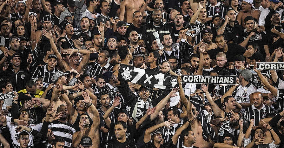 Torcida do Corinthians festeja classifica&#231;&#227;o &#224; decis&#227;o da Libertadores, ap&#243;s empate por 1 a 1 com o Santos