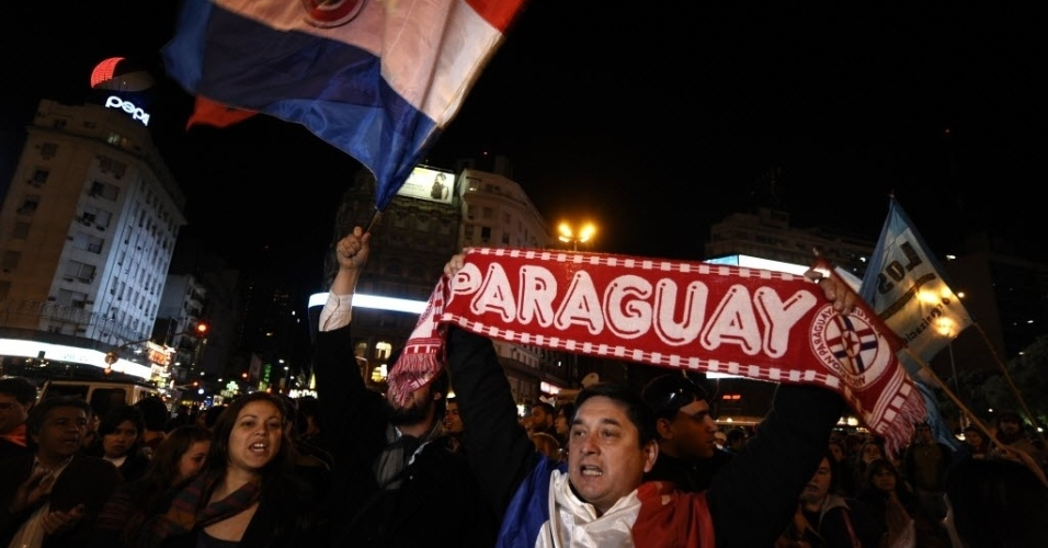 22. jun.2012- Cidad&#227;o paraguaio que vive na Argentina protesta contra decis&#227;o do Senado paraguaio