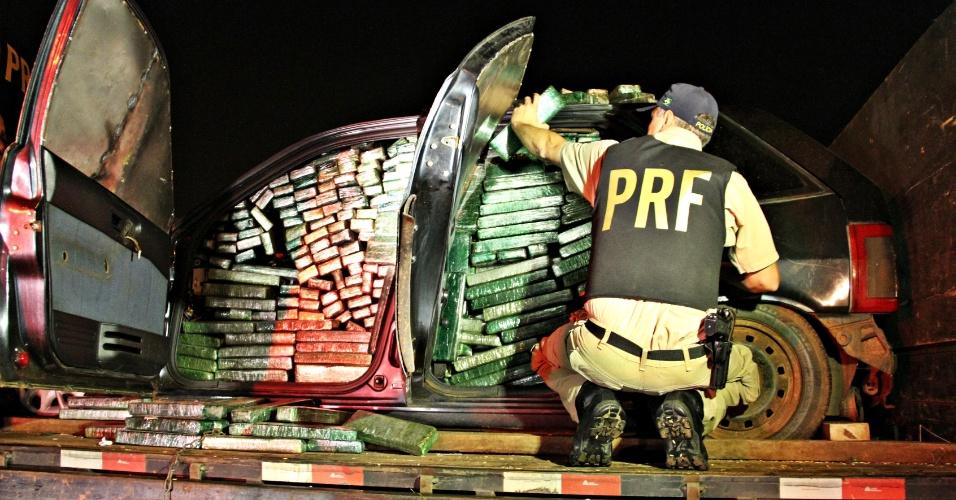 22.jun.2012 - A Polícia Rodoviária Federal (PRF) apreendeu mais de cinco toneladas de maconha na última quarta (20), no âmbito da Operação Rio+20, no Rio de Janeiro. A droga estava em dois carros