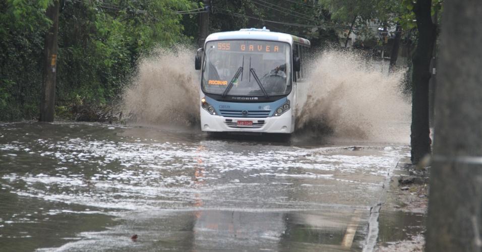 22.jun.2012 - Ônibus passa por ponto de alagamento na estrada de Jacarepaguá, zona oeste do Rio de Janeiro, nesta sexta-feira