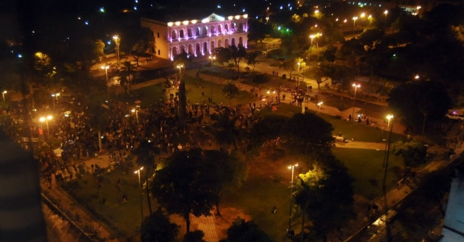 22.jun.2012 - Pra&#231;a em frente ao Congresso Nacional do Paraguai (ao fundo) recebe apoiadores do presidente do pa&#237;s, Fernando Lugo, nas primeiras horas desta sexta-feira, quando a Casa vota o processo de impeachment de Lugo