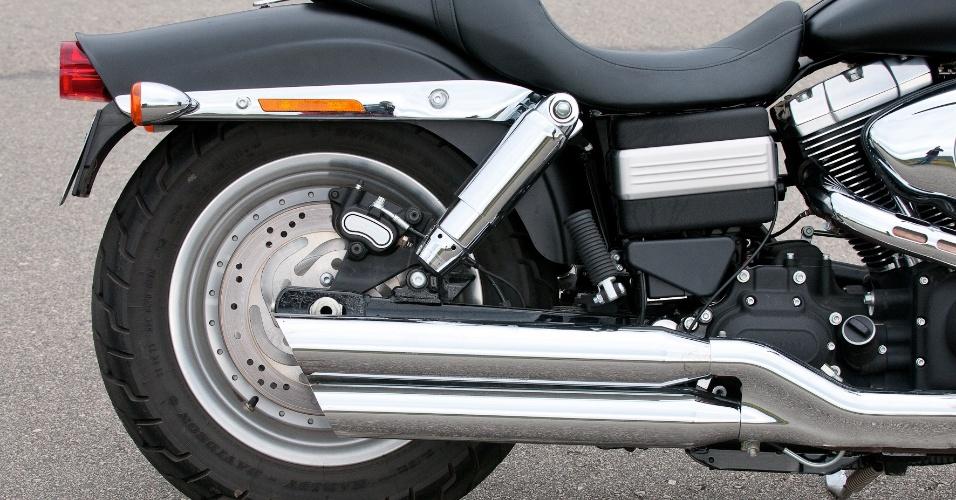 A Harley-Davidson Fat Bob 2012 conta com amortecedores traseiros cromados e ajustáveis, o que melhora o conforto do piloto