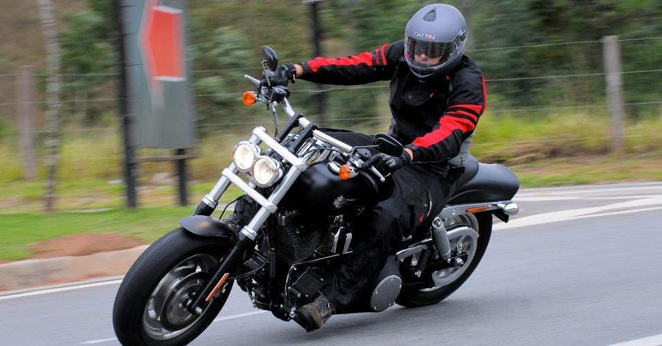 A transmissão final da nova Harley-Davidson Fat Bob 2012 é feita por correia dentada e se mostrou bastante moderna