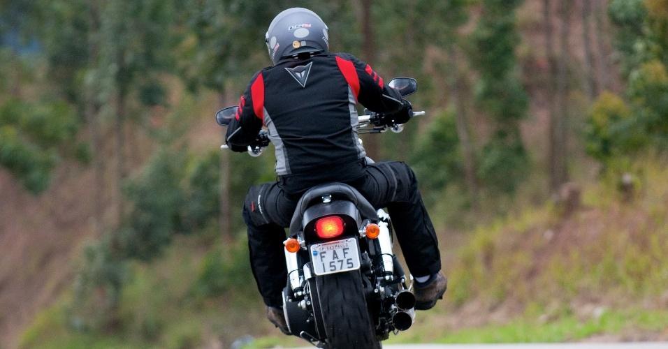 """A traseira minimalista traz um """"pneuzão"""" de perfil largo (180/70) e as rodas são usinadas, aumentado o visual agressivo da Fat Bob"""
