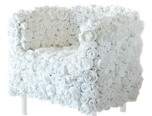 As flores da poltrona Muchas Rosas, da italiana Ricrea, são feitas a partir de sobras de solas de sapatos