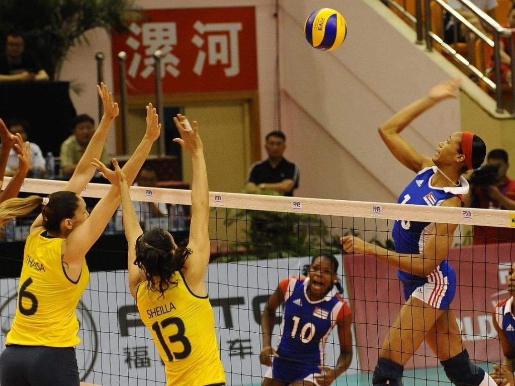 Atletas brasileiras sobem para o bloqueio em partida contra Cuba pelo Grand Prix
