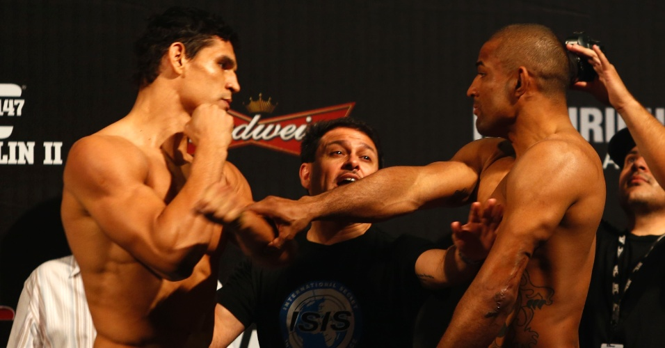 Clima esquentou durante a pesagem do UFC 147: Mutante (esquerda) e Serginho quase trocaram socos